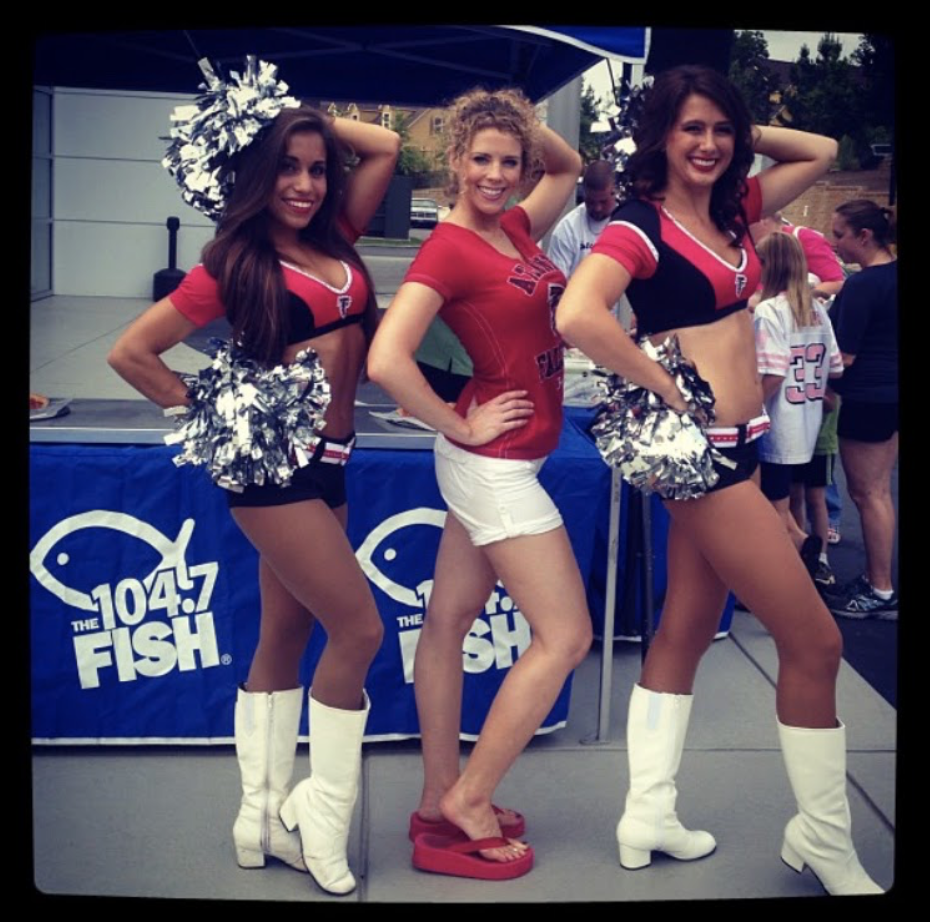 Heidi Rew Posing with Cheerleaders at a 104.7 the Fish tent